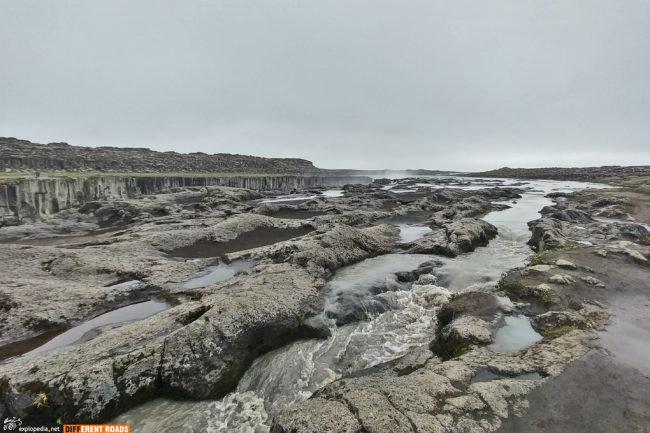 Woda do wodospadu Selfoss wlewa się z każdej możliwej strony