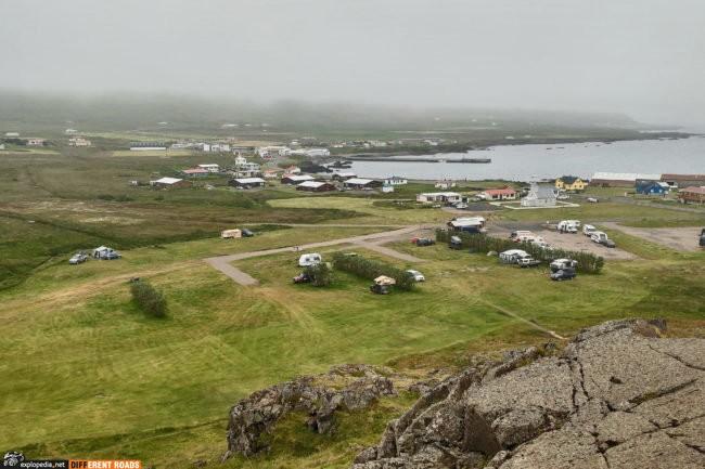 Widok na Bakkagerði i kemping ze szczytu Álfaborg