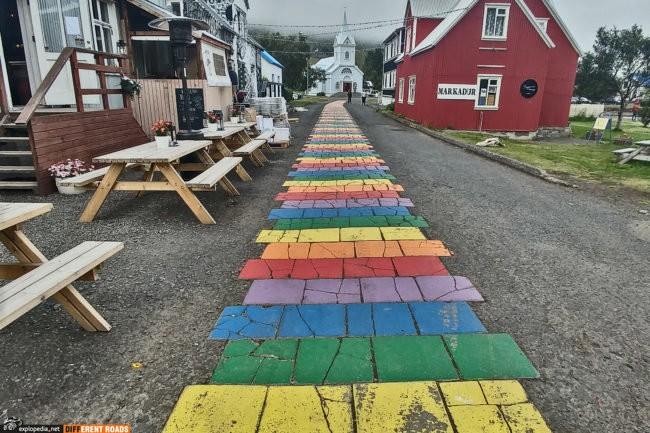 Tęczowy chodnik w Seyðisfjörður
