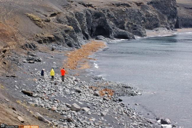 Plaża z klifami przy drodze 870